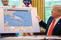 Bei einem Briefing im Oval Office zeigte Trump eine Wetterkarte. Über Alabama wurde die Grafik offenbar nachträglich mit schwarzem Filzstift verändert.