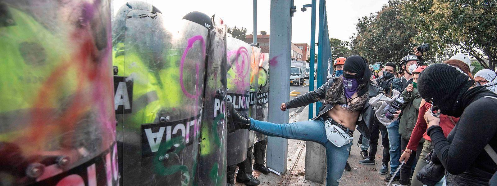 Auslöser der Protestwelle war der gewaltsame Tod eines Anwalts im Zuge einer Polizeikontrolle in Bogotá. Seitdem kommt das südamerikanische Land nicht mehr zur Ruhe.