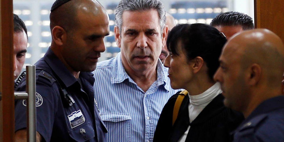 Gonen Segev, ao centro, é acusado de fornecer informações ao Irão sobre o mercado de energia e locais de segurança em Israel.