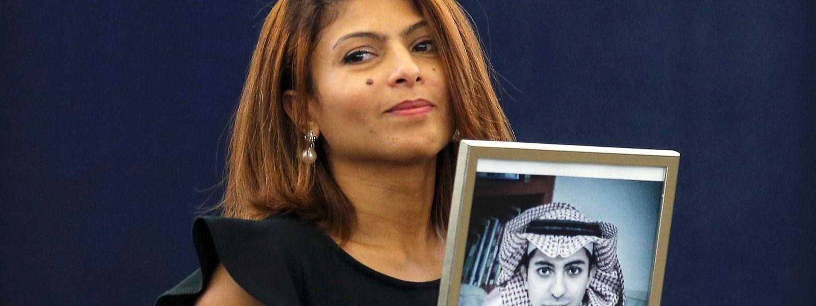 Ensaf Haidar montre un portrait de son mari Raïf Badawi, après avoir reçu le prix Sakharov décerné au blogueur saoudien.