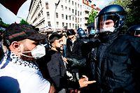 15.05.2021, Berlin: Die Polizei drängt Teilnehmer der Demonstration verschiedener palästinensischer Gruppen in Neukölln ab. Zum jährlichen Gedenktag Nakba am 15. Mai erinnern Palästinenser an die Flucht und Vertreibung von Hunderttausenden Palästinensern aus dem Gebiet des späteren Israels. Foto: Fabian Sommer/dpa +++ dpa-Bildfunk +++