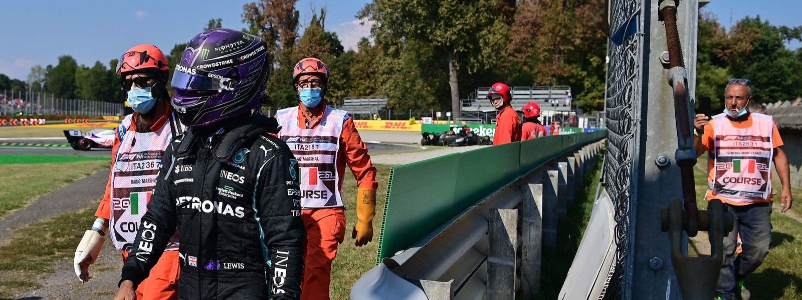 Lewis Hamilton marschiert in die Boxengasse.