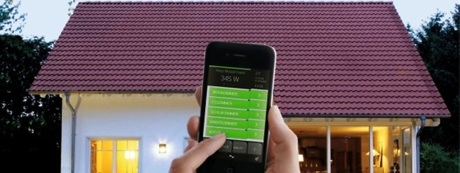 Mit Smart-Home-Technik können Nutzer die Beleuchtung im Haus bequem per Smartphone steuern.