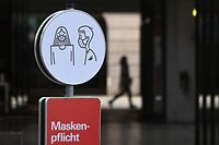 An information sign requesting to wear face masks is seen in the city of Augsburg, southern Germany, on November 2, 2020 amid the ongoing novel coronavirus Covid-19 pandemic. - Germany ordered a new round of shutdowns for the cultural, leisure as well as food and drink sectors, in a bid to halt a surge in new coronavirus infections, starting on November 2, 2020. (Photo by Christof STACHE / AFP)