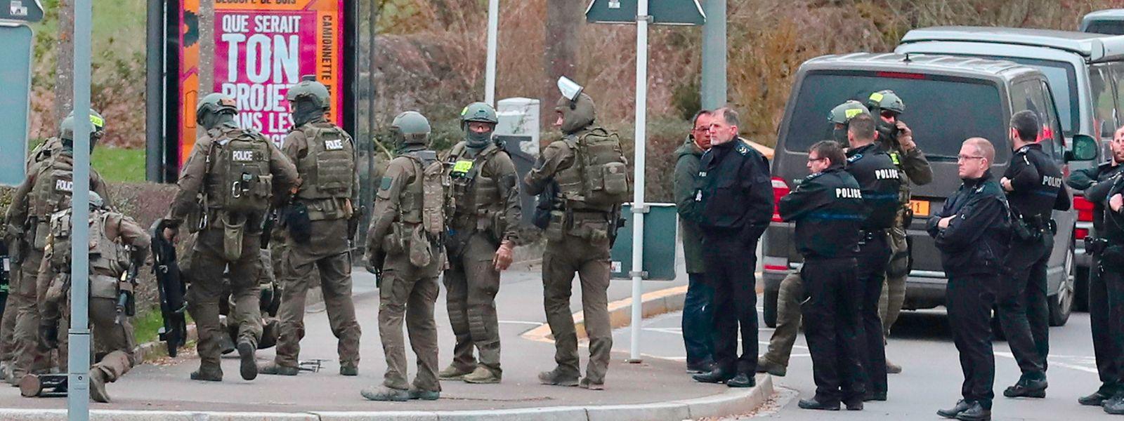 D'importants dispositifs ont été déployés dans le quartier: forces spéciales et policiers sont sur le qui-vive.