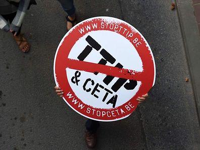 La Wallonie voit dans le CETA les prémices du traité TTIP (ou Tafta), très impopulaire, que l'UE négocie très laborieusement avec les Etats-Unis, et réclame plus de garanties face aux puissantes multinationales.