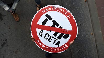 Kritiker setzen Ceta mit dem geplanten TTIP-Abkommen mit den USA gleich. Politiker widersprechen.
