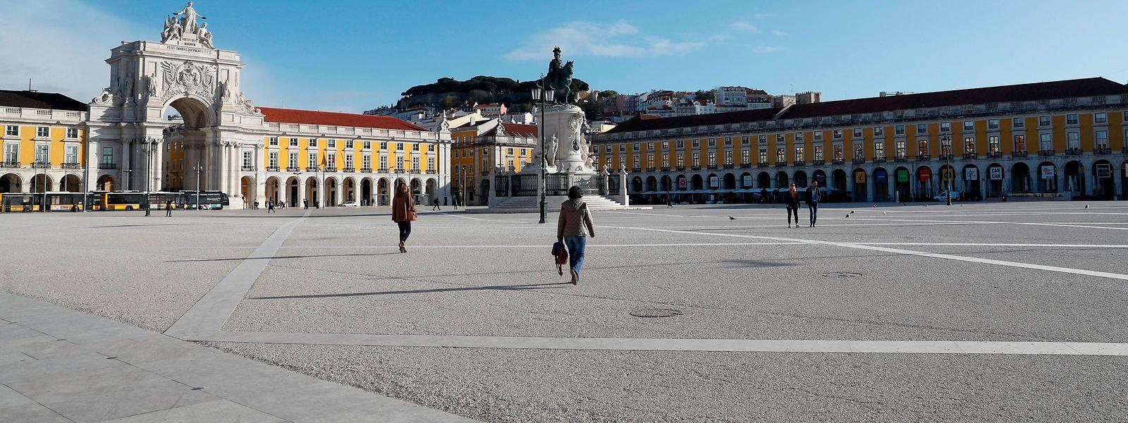 A Praça do Comércio, um dos pontos mais turísticos da capital lisboeta encontrava-se quase deserta na manhã desta segunda-feira, 16 de março.