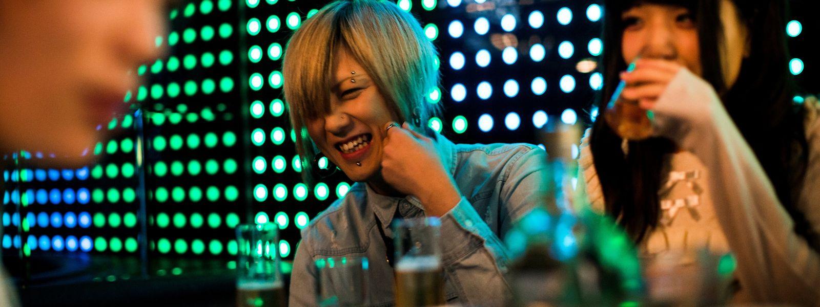 """Allein, aber nicht einsam: Zuneigung ohne sexuelle Kontakte und ein offenes Ohr bieten sogenannte """"Hosts"""" – männliche oder weibliche Hostessen – in vielen Clubs der japanischen Hauptstadt an."""
