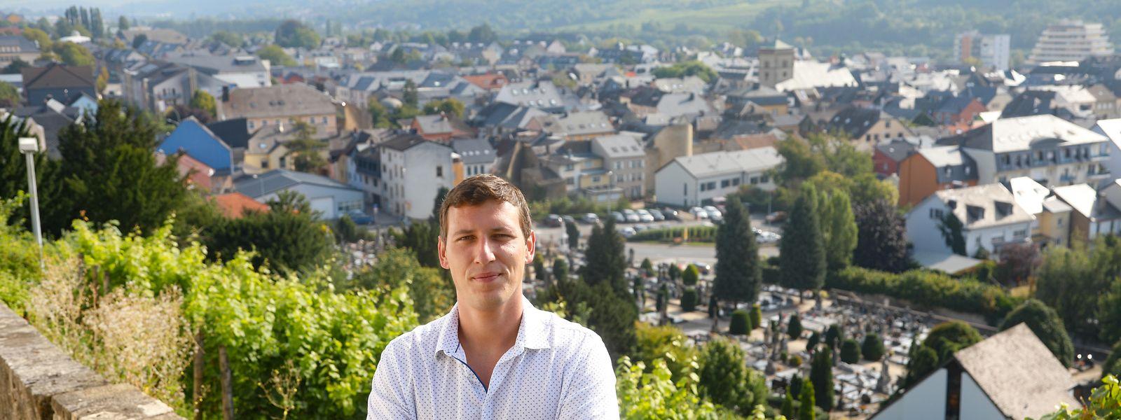 Wegen des unbezahlbaren Ausblicks führt Joël Rech Besucher immer zur Kreuzkapelle hoch über Grevenmacher. Von dort sieht man die Kirche, Reste der Stadtmauer und die Schleuse.
