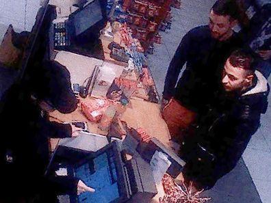Salah Abdeslam et Mohamed Abrini le 11 novembre dans une station essence au nord de Paris
