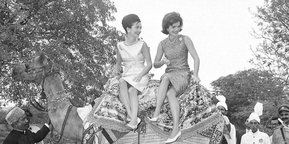 Lee Radziwill et sa sœur aînée, Jackie Kennedy, lors d'un voyage à Karachi au Pakistan en 1962.