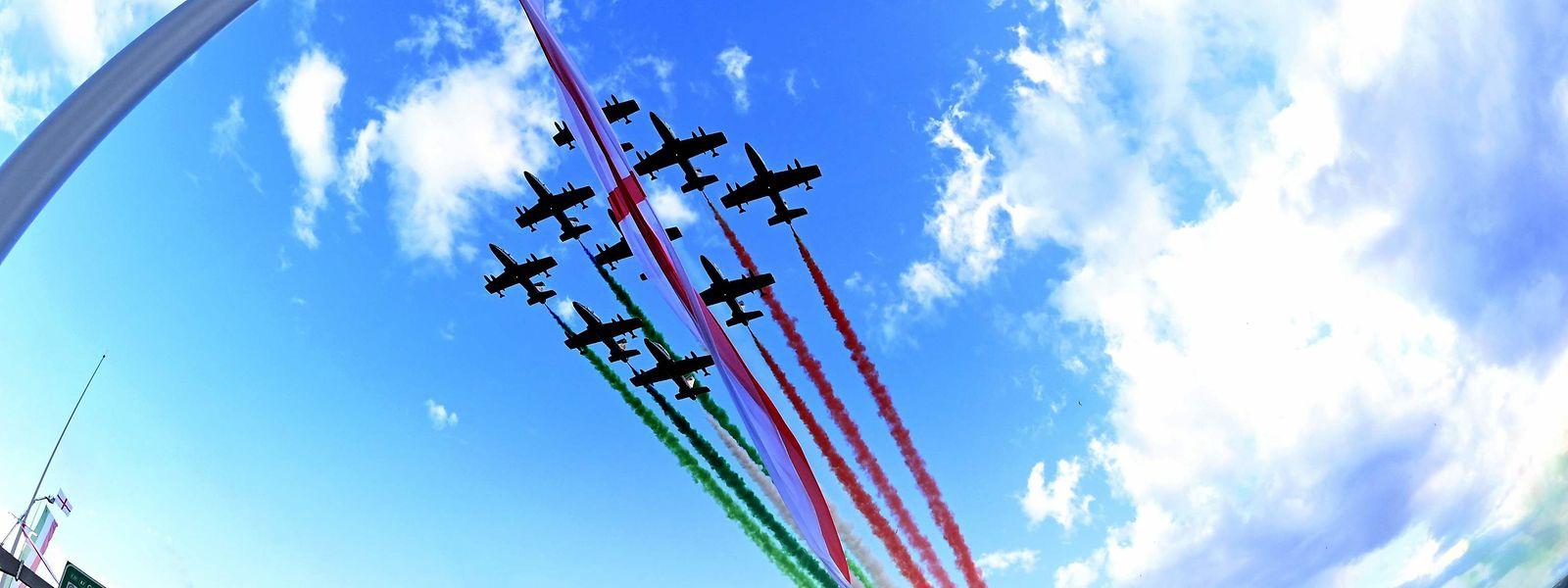 Italienische Kampfjets während einer Einlage zur Eröffnung der neuen San-Giorgio-Brücke in Genua.