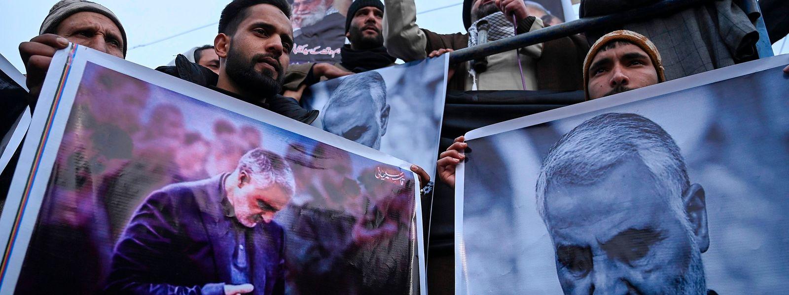 Manifestantes anti-Estados-Unidos seguram cartazes com o rosto de Soleimani, na Índia