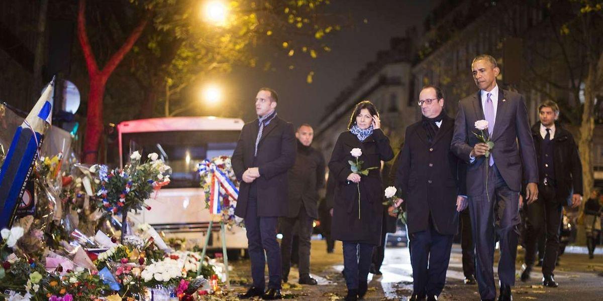 Le président américain, Barack Obama, le président français, Francois Hollande, et la maire de Paris, Anne Hidalgo, se sont rendus cette nuit devant le mémorial du Bataclan à Paris.