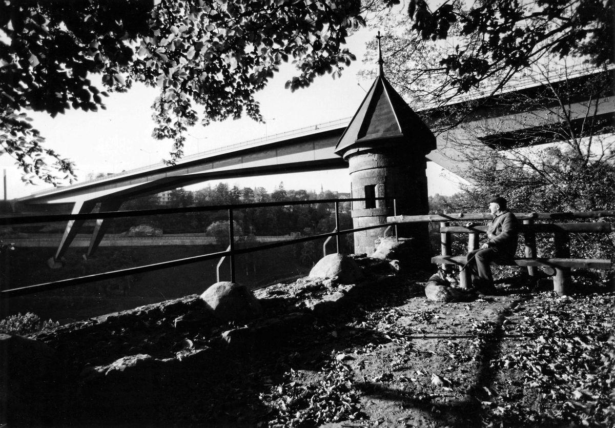 Une petite tour, vestige de l'époque de la forteresse, au premier plan du pont grande-duchesse Charlotte, alors considéré comme un monument d'avenir.
