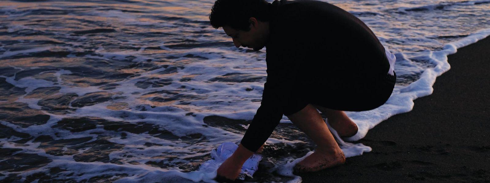 Des carnets de notes plongés dans la mer: une nouvelle forme d'écriture.⋌(Photo: Fábio Godinho)