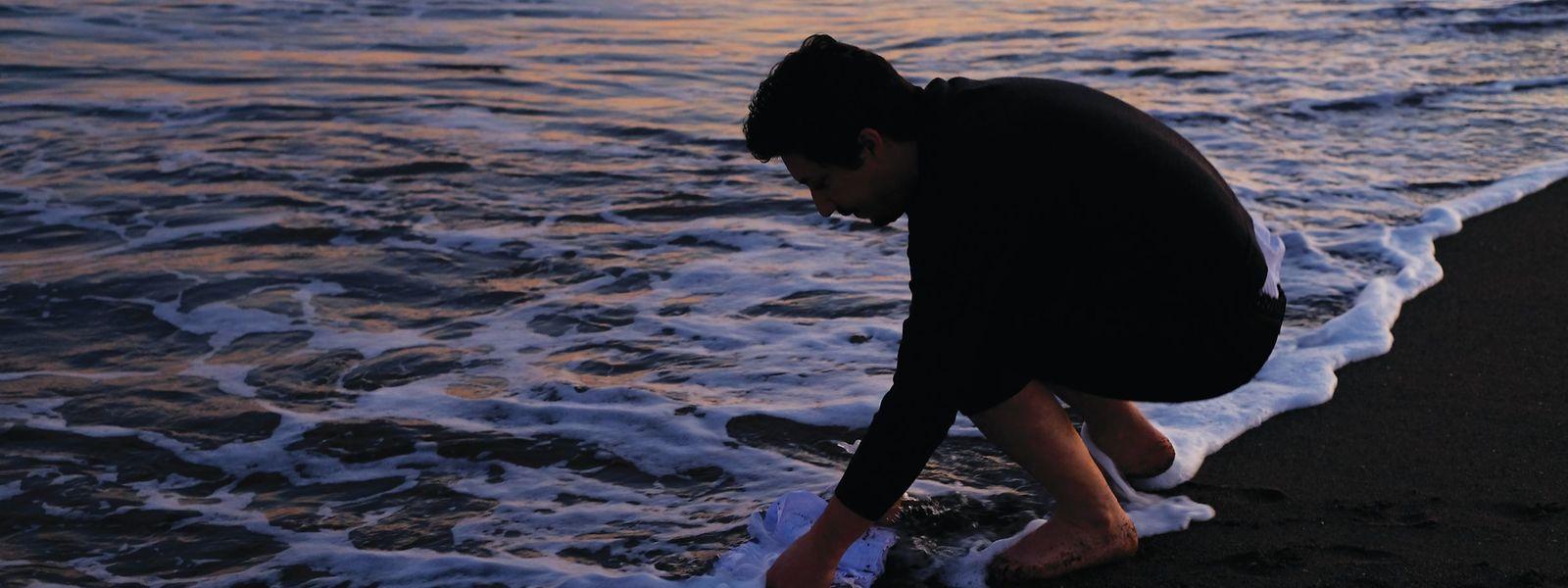 """Marco Godinho durante uma das suas performances, no projeto """"Written by Water""""."""
