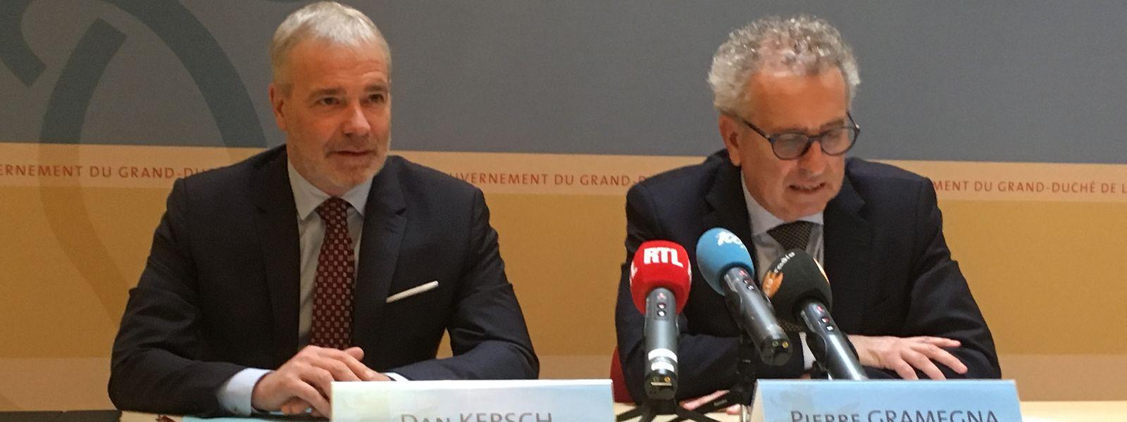Beschäftigungsminister Dan Kersch (l.) und Finanzminister Pierre Gramegna (r.) erklären, wie es zu der Anhebung des Mindestlohns um 100 Euro netto kommt.