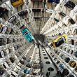 04.12.2018, Niedersachsen, Wolfsburg: Die Volkswagen-Modelle T-Cross (l) und T-Roc werden mit Hebebühnen in einem Autoturm auf dem Werksgelände von Volkswagen transportiert. Einmal im Jahr lädt der Volkswagen-Konzern Medienvertreter zu einem Fototermin in die Autotürme in der Autostadt ein. Dort können die neuesten Fahrzeugmodelle fotografiert werden. Foto: Peter Steffen/dpa +++ dpa-Bildfunk +++