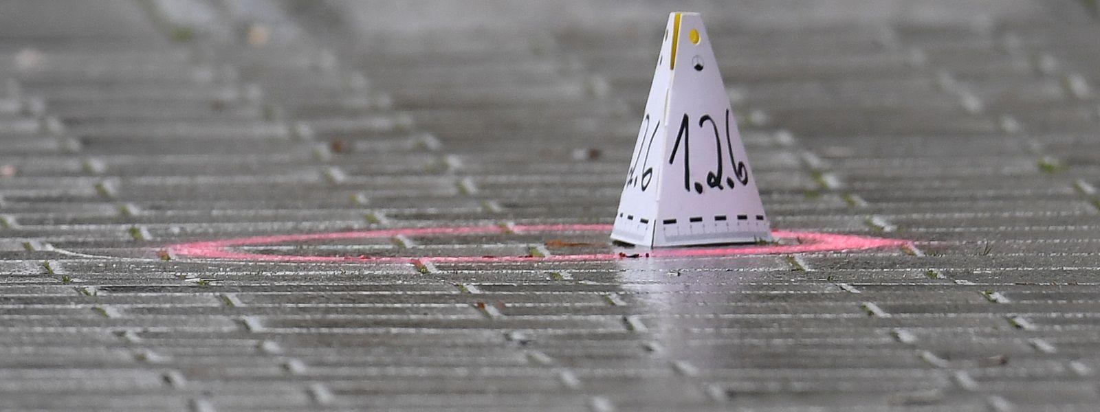 Eine Markierung der Spurensicherung an einem Tatort am Heumarkt in Hanau.