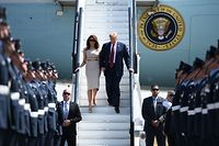 US President Donald Trump (R) and US First Lady Melania Trump (L) disembark Air Force One at Stansted Airport, north of London on July 12, 2018, as he begins his first visit to the UK as US president. The four-day trip, which will include talks with Prime Minister Theresa May, tea with Queen Elizabeth II and a private weekend in Scotland, is set to be greeted by a leftist-organised mass protest in London on Friday. / AFP PHOTO / Brendan SMIALOWSKI