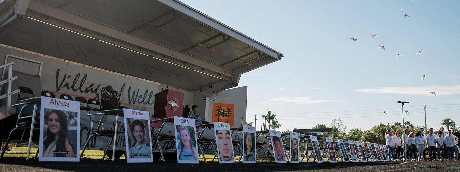Fotos der 17 Todesopfer des Amoklaufs in Parkland im Stadion der High School in Wellington, Florida.