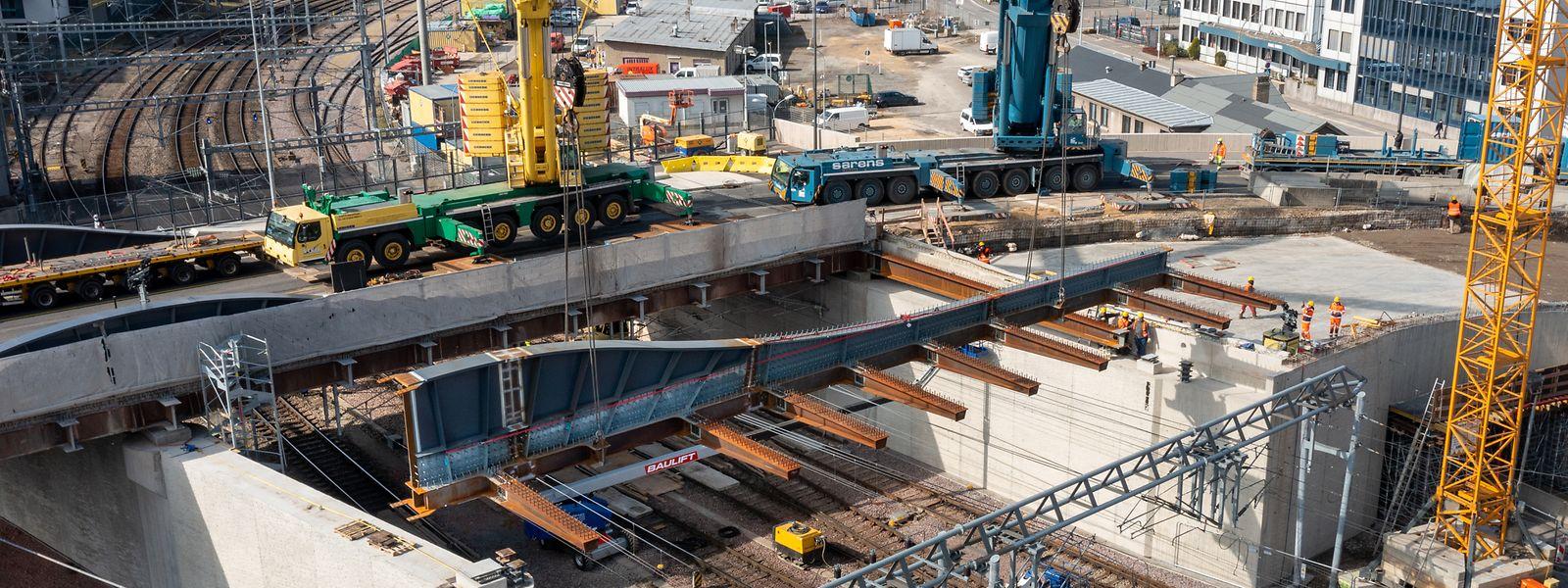 Präzisionsarbeit 70 Tonnen Stahl müssen an den richtigen Platz.