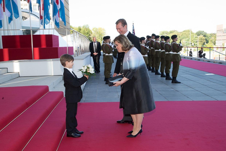 Süßes Bild von der Begrüßung: Ein Junge überreicht der Großherzogin ganz stolz einen Blumenstrauß.
