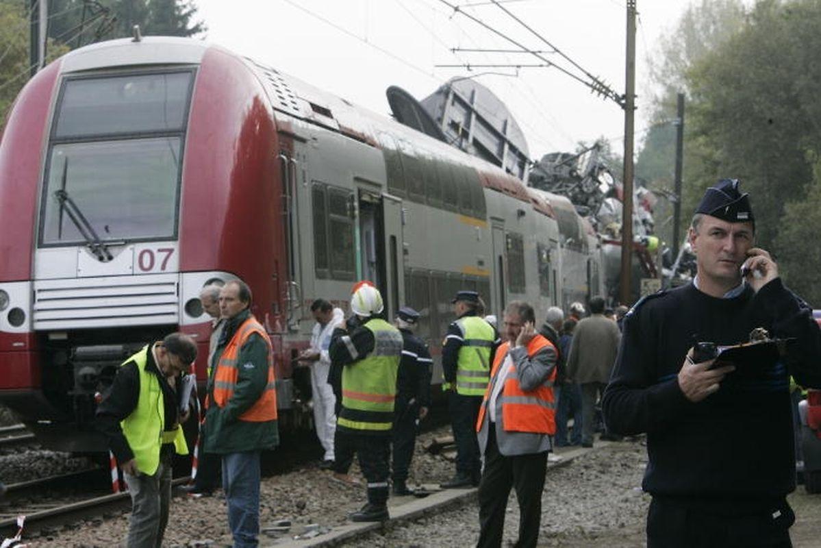 Vers 11 heures 45, un train CFL reliant Luxembourg à Nancy percute de plein fouet un train de marchandises SNCF venant en sens inverse sur la même voie.