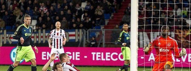Aurélien Joachim (Willem II Tilburg) erzielt in dieser Szene den 1:2-Anschlusstreffer gegen Ajax Amsterdam.