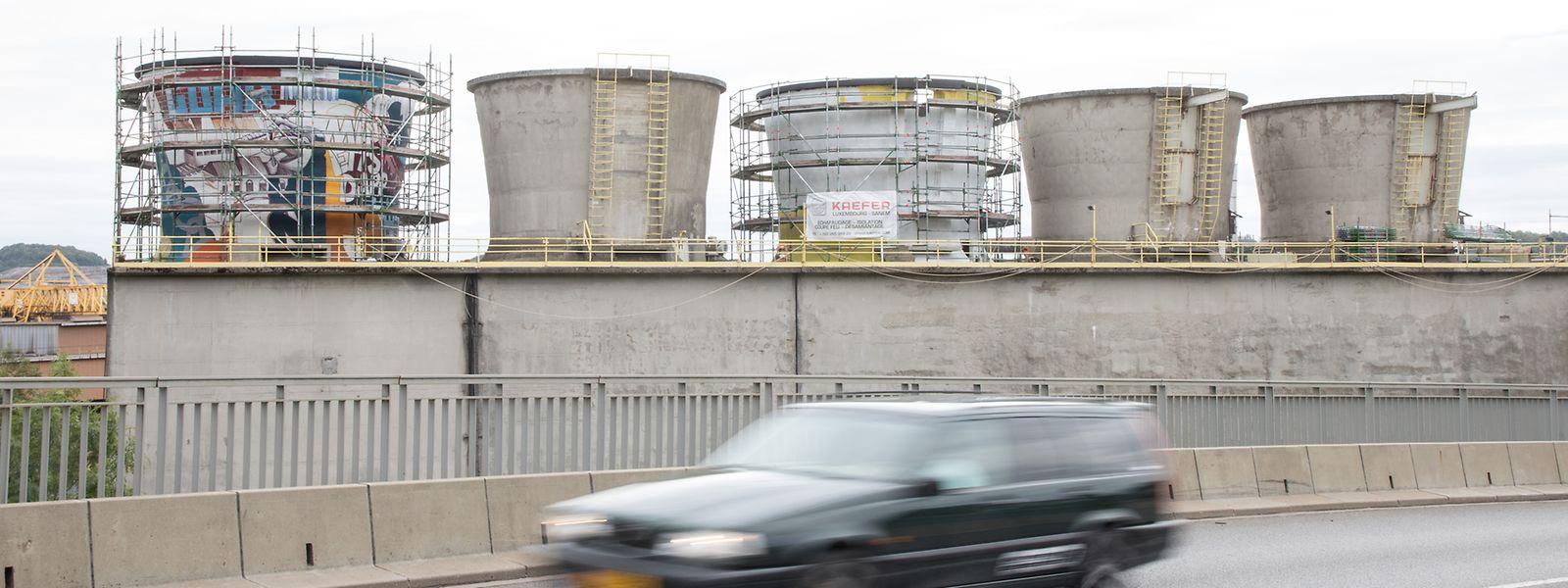 Im Auftrag der Stadt Differdingen und des Konzerns ArcelorMittal werden die Türme bemalt.