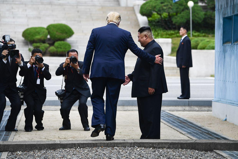 Der Höhepunkt einer Männerfreundschaft. Donald Trump betritt als erster amtierender US-Präsident nordkoreanischen Boden und kommt so einer Einladung von Nordkoreas Machthaber Kim Jong Un nach ...
