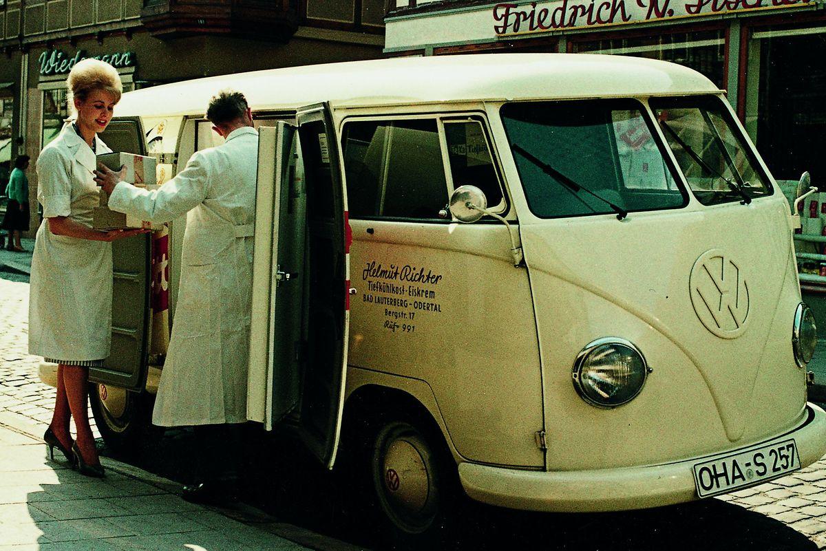 Den VW Bulli gab es bereits in den Anfangsjahren auch als Kühlschrank auf Rädern oder als Verkaufsstand für fliegende Händler.