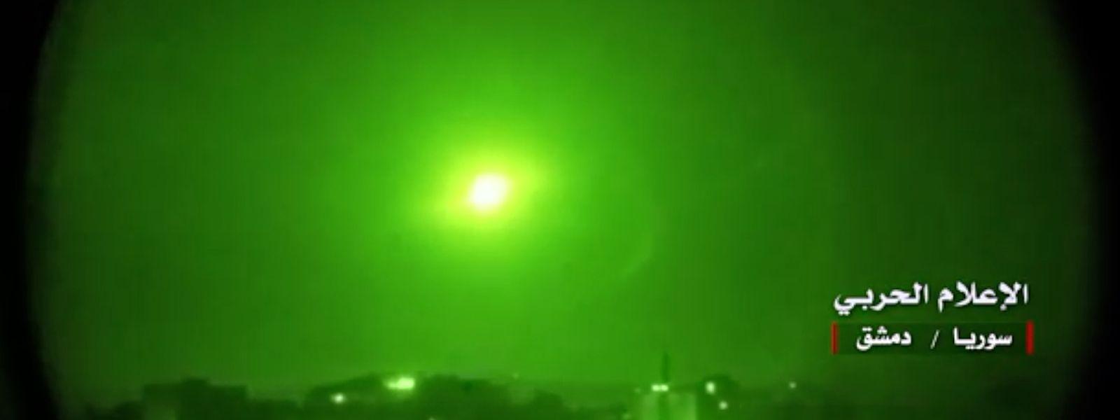 """Screenshot aus einem Video von """"Central War Media"""", das im syrischen Staatsfernsehen übertragen wurde und, dass die syrische Luftabwehr beim Abfangen israelischer Raketen zeigen soll."""