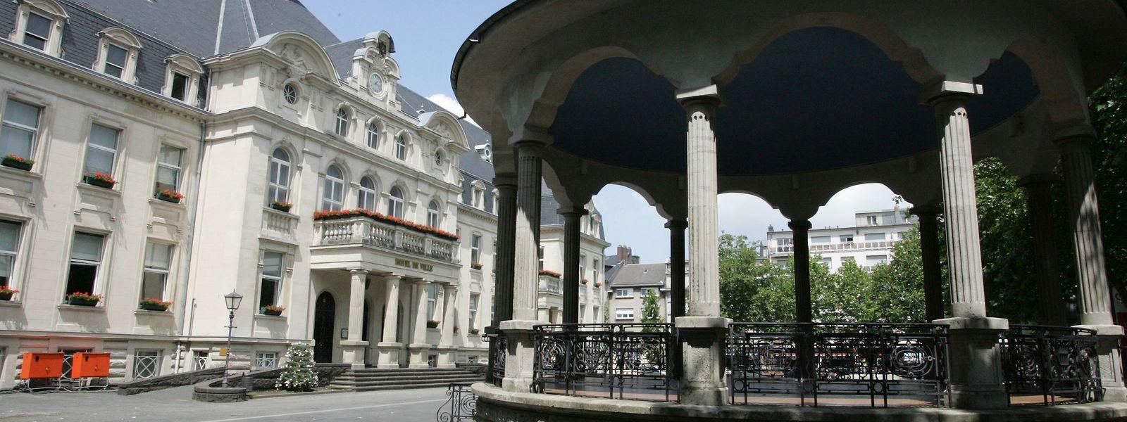 Das düdelinger Rathaus wurde zwischen 1930 und 1932 erbaut. Der Kiosk auf dem Rathausplatz. stammt aus derselben Zeit