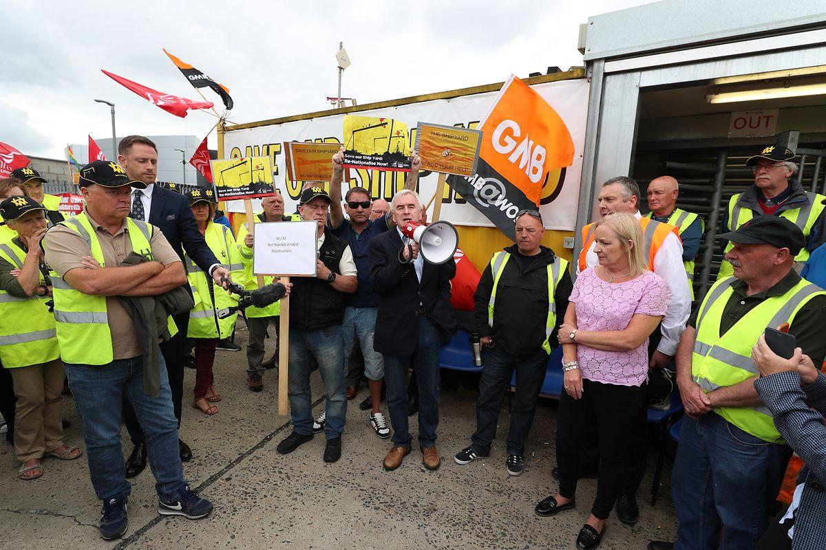 John McDonnell (M.), Labour-Abgeordneter im britischen Unterhaus, nimmt an einem Protest von Mitarbeitern der Werft Harland &Wolff teil.