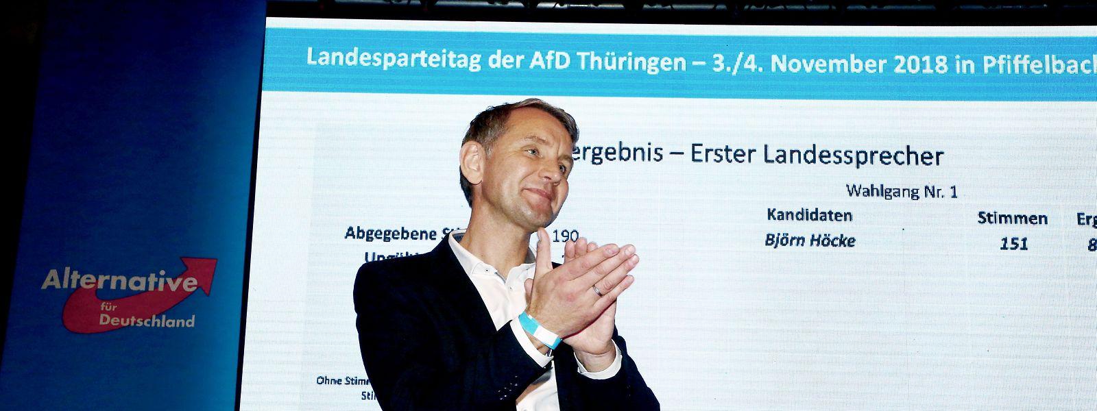 Björn Höcke, AfD-Fraktionsvorsitzender im Thüringer Landtag, applaudiert beim Landesparteitag der AfD Thüringen nach seiner Wiederwahl als Vorsitzender der Thüringer AfD. Thüringens umstrittener AfD-Vorsitzender Höcke ist auf einem Parteitag in seinem Amt bestätigt worden.