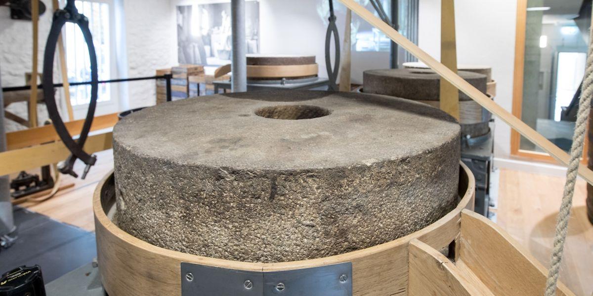 Die wuchtigen Mahlsteine dienten einst zum Zermahlen von Getreide und Senfkörnern.