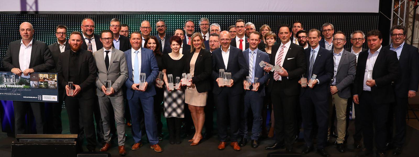 Das Gruppenfoto mit allen Gewinnern und den Sponsoren.