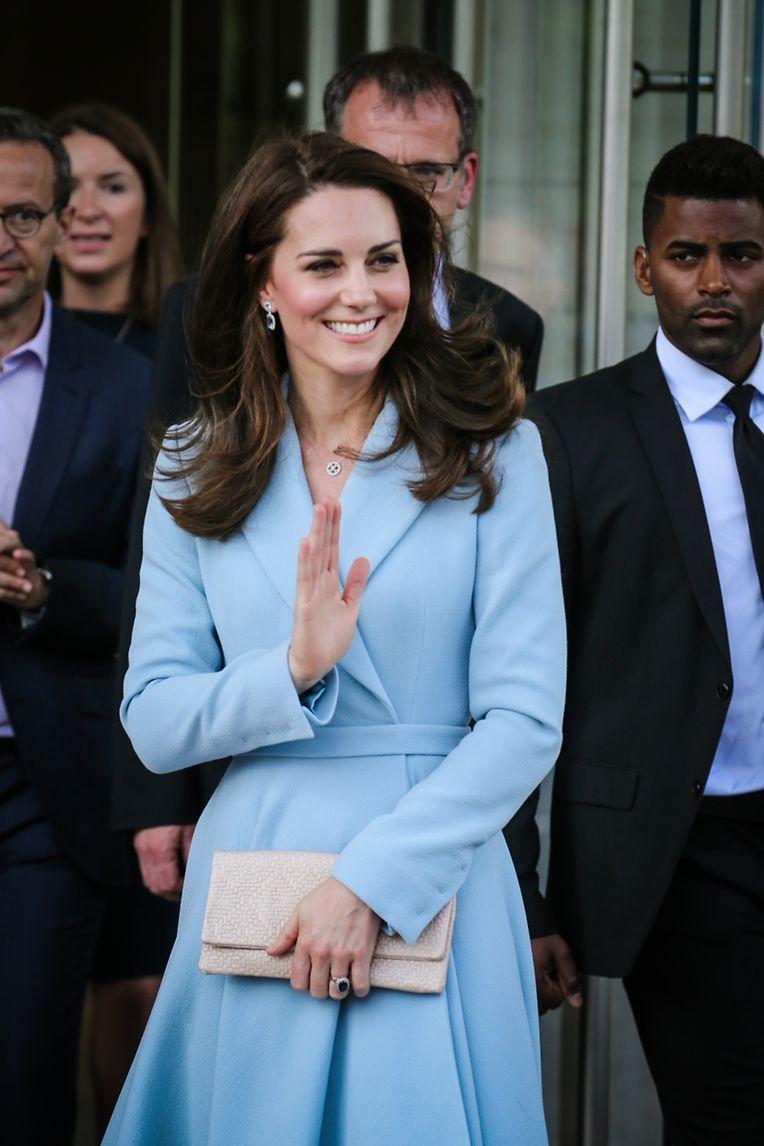 Die Herzogin Kate in einem himmelblauen Mantelkleid. Von wem nur?