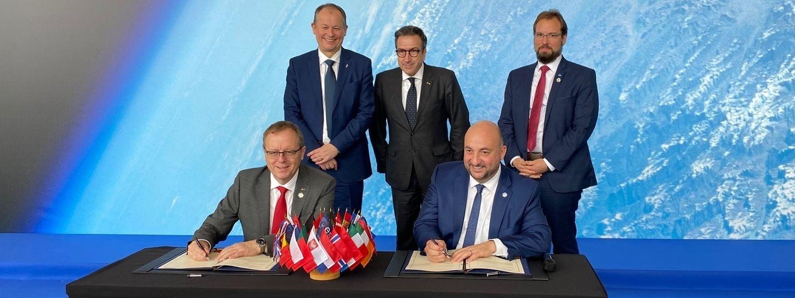 Jan Wörne, le directeur général de l'ESA et Etienne Schneider, vice-Premier ministre, paraphent l'accord à Séville.