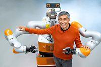 """ARD/WDR DIE STORY IM ERSTEN, """"Der große Umbruch - wie künstliche Intelligenz unser Leben revolutioniert"""", ein Filmprojekt von Ranga Yogeshwar, am Montag (08.04.19) um 22:45 Uhr im ERSTEN. In DER GROSSE UMBRUCH zeigt Ranga Yogeshwar, wie künstliche Intelligenz unser Leben schon heute verändert. Hier lässt er sich von einem Roboter des Industrieroboterhertstellers KUKA AG in Augsburg umarmen. © WDR/Ralf Wilschewski, honorarfrei - Verwendung gemäß der AGB im engen inhaltlichen, redaktionellen Zusammenhang mit genannter WDR-Sendung bei Nennung """"Bild: WDR/Ralf Wilschewski"""" (S1+). WDR Presse und Information/Redaktion Bild, Köln, Tel: 0221/220 -7132 oder -7133, Fax: -777132, bildredaktion@wdr.de"""
