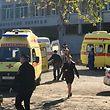 17.10.2018, ---, Kertsch: Krankenwagen, Rettungskräfte und Polizisten sind nach einer Explosion in der Mensa der Berufsschule auf der Halbinsel Krim vor dem Gebäude zu sehen. Bei dem Angriff in der Schule sind mindestens 17 Menschen getötet und mehr als 40 verletzt worden. Ein Schüler der Berufsschule wurd als mutmaßlicher Täter identifiziert. Der 18-Jährige soll in der Schule um sich geschossen und in der Kantine einen Sprengsatz gezündet haben. Dann habe er sich selbst umgebracht, teilte das Staatliche Ermittlungskomitee mit. Foto: Catherine Keizo/Sputnik/dpa +++ dpa-Bildfunk +++
