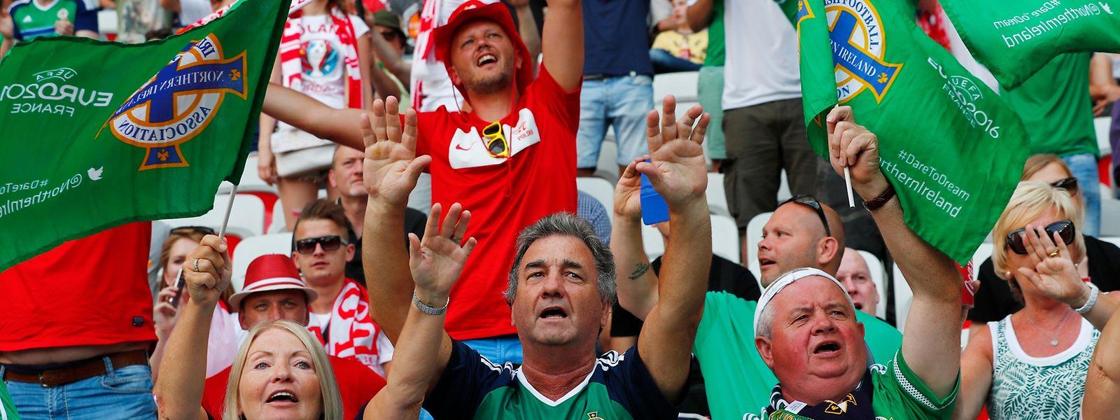 Nordirische und polnische Fans im Stadion: Beim ersten Gruppenspiel der Nordiren wurde der Ohrwurm dieser EM ebenfalls angestimmt.