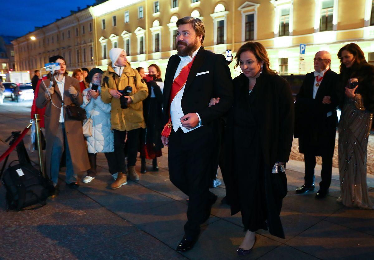 Konstantin Malofeyev com a sua esposa Irina Vilter a caminho da celebração do casamento em São Petersburgo.