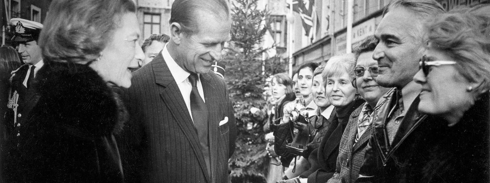 Die Ehepartner der Regenten beim Staatsbesuch 1976 im Gespräch mit Zaungästen.