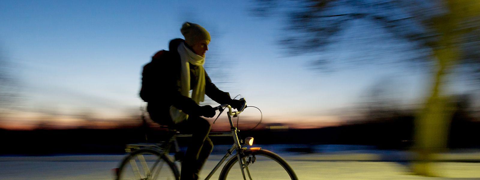 Im Winter sind die Wege oft rutschiger. Wer sein Fahrrad nutzt, kann ein wenig Luft aus den Reifen ablassen - so greifen sie besser.
