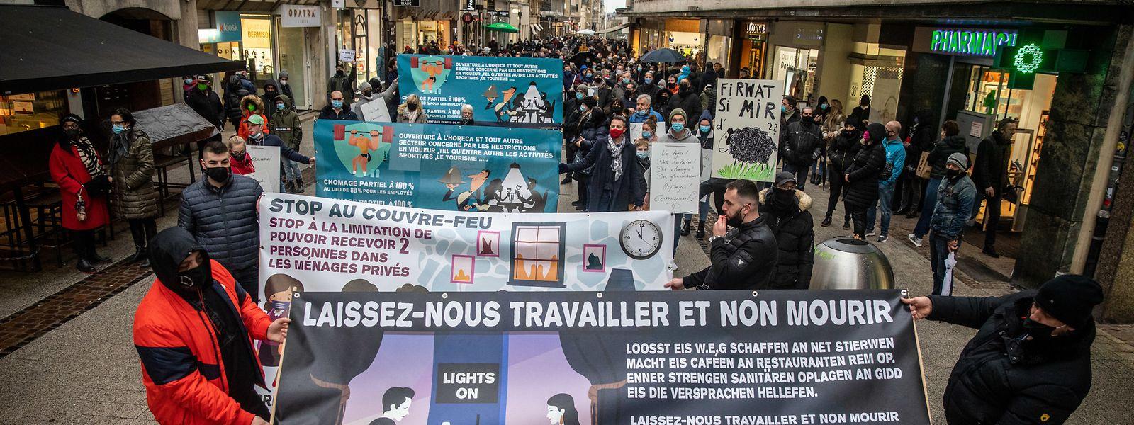 Hunderte Menschen zogen am Samstagnachmittag durch die Hauptstadt, um gegen die Schließung im Horesca-Sektor zu protestieren.
