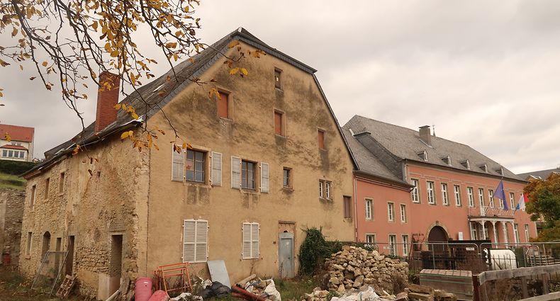 2019 wurden im Haus Schëntgen (links) Zwischenwände entfernt und Abbrucharbeiten durchgeführt. Zurzeit ist es ruhig auf der Baustelle.
